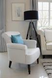 Les oreillers blancs et bleus sur un cuir blanc couchent Photographie stock