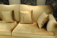 Les oreillers de velours sur le sofa Photo libre de droits