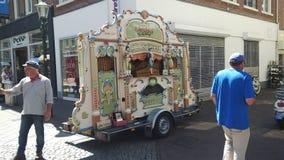 Les organes de baril jouent la musique dans les rues de la ville Photos stock