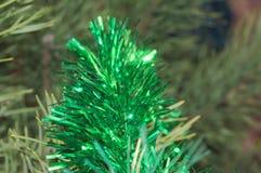 Les ornements de fête de scintillement sur l'arbre de Noël devant les vacances Images libres de droits