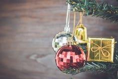 Les ornements de Noël accrochent sur l'arbre de Noël ont le fond en bois de l'espace Photo libre de droits