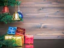 Les ornements de Noël accrochent sur l'arbre de Noël ont le fond en bois de l'espace Photos libres de droits