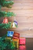 Les ornements de Noël accrochent sur l'arbre de Noël ont le fond en bois de l'espace Photographie stock libre de droits