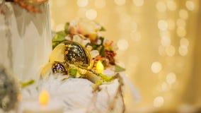 Les ornements de Noël d'or avec la lumière de bokeh copient le fond de scape Photographie stock