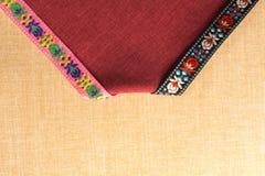 Les ornements sur le tissu représentent une carte postale unique Image libre de droits