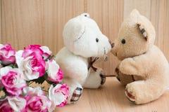 Les ours d'étreinte dans l'amour se reposent près du bouquet se sont levés Photo libre de droits