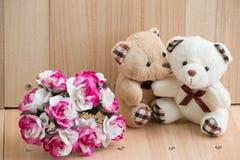 Les ours d'étreinte dans l'amour se reposent près du bouquet se sont levés Image stock