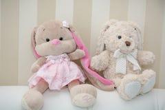 Les ours de nounours se reposent sur un sofa mou Deux ours de nounours Image libre de droits