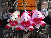 Les ours de nounours de souvenir de Paris verrouillent des supports à vendre Photos stock