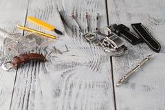 Les outils d'horloger sur la texture et l'espace libre en bois pour le texte éditent Photo stock