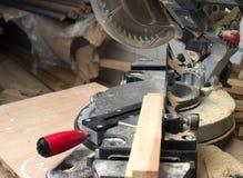 Les outils de charpentier sur la table en bois avec la sciure circulaire ont vu Images stock