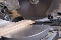 Les outils de charpentier sur la table en bois avec la sciure circulaire ont vu Image libre de droits