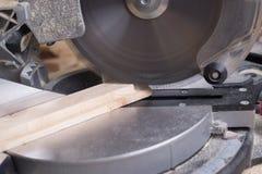 Les outils de charpentier sur la table en bois avec la sciure circulaire ont vu Photos stock