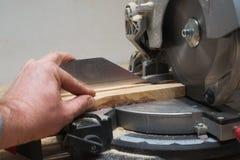 Les outils de charpentier sur la table en bois avec la sciure circulaire ont vu Photo libre de droits