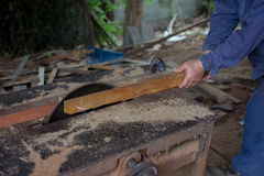 Les outils de charpentier sur la table en bois avec la sciure circulaire ont vu carpe Images libres de droits