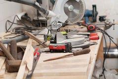 Les outils de charpentier sur la table en bois avec la sciure circulaire ont vu Copiez l'espace Image stock