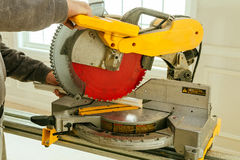 Les outils de charpentier sur la table en bois avec la sciure circulaire ont vu Coupure de la planche en bois Photographie stock libre de droits