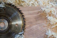 Les outils de charpentier sur la table en bois avec la sciure circulaire ont vu Coupure d'une planche en bois photos libres de droits