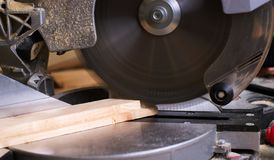 Les outils de charpentier sur la table en bois avec la sciure circulaire ont vu Coupure d'une planche en bois images libres de droits