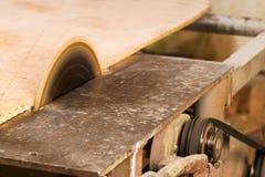 Les outils de charpentier sur la table en bois avec la sciure circulaire ont vu Coupure d'une planche en bois image libre de droits