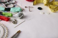 Les outils de composition pour la broderie sur le tissu blanc ont élevé la vue Images stock