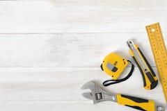 Les outils de construction comprenant la règle, la clé et le coupeur de centimètre placés dans la droite acculent vers le bas sur Photo libre de droits