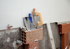 Les outils de construction ont entaillé la spatule d'american national standard de truelle images libres de droits