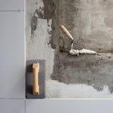 Les outils de construction ont entaillé la truelle avec le mortier photo stock