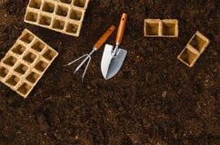 Les outils de jardinage sur le sol de jardin donnent à la vue une consistance rugueuse supérieure de fond Photographie stock