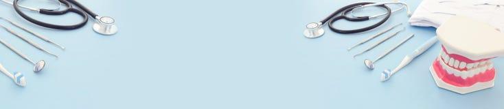 Les outils de soins dentaires emploient pour le dentiste et les dents en plastique modèlent dans la clinique Fond pour une carte  photos stock