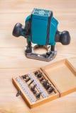 Les outils de travail du bois plongent le pouter et l'ensemble de peu de routeur de roundover photographie stock
