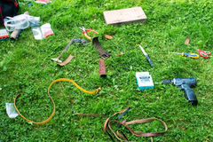 les outils dispersés sur l'herbe Images libres de droits