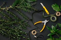 Les outils et les fleuristes d'accessoires ont besoin pour composer un bouquet images libres de droits