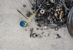 Les outils groupent avec des pi?ces de r?paration sur le b?ton photo stock