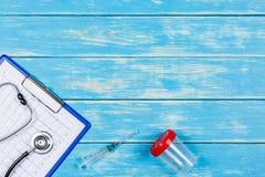Les outils médicaux sur un bleu wodden le fond Photos libres de droits