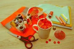 Les outils pour coudre pour le passe-temps ont placé sur la vue supérieure de fond en bois de table Fil, aiguilles et tissu Photos stock