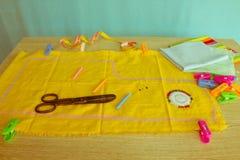 Les outils pour coudre pour le passe-temps ont placé sur la vue supérieure de fond en bois de table Fil, aiguilles et tissu Image libre de droits