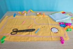 Les outils pour coudre pour le passe-temps ont placé sur la vue supérieure de fond en bois de table Fil, aiguilles et tissu Photographie stock