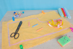 Les outils pour coudre pour le passe-temps ont placé sur la vue supérieure de fond en bois de table Fil, aiguilles et tissu Photographie stock libre de droits