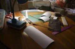 Les outils pour le modèle fait de faire le cuir fait main de portefeuilles ont fait f Photos stock