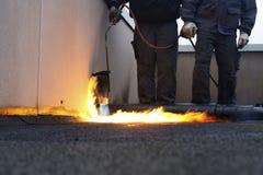 Les ouvriers installant la toiture se sont sentis avec la chaleur Images libres de droits