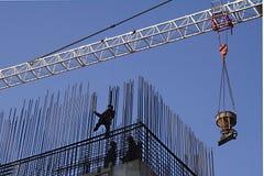 Les ouvriers installent l'induit images libres de droits