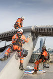 Les ouvriers peignent le pont de millénaire Photo libre de droits