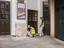 Les ouvriers préparent le mur pour peindre sur le théâtre de maison de théâtre, Londres, photographie stock libre de droits
