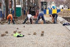Les ouvriers reconstruisent la rue pavée en cailloutis à Bruxelles Photo libre de droits