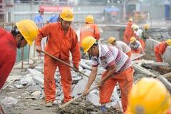 Les ouvriers réparent la route Photo libre de droits