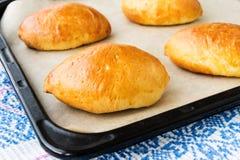 Les pâtés en croûte cuits au four frais ont bourré la viande Image stock