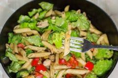 Les pâtes avec des légumes ont fait cuire dans une poêle, plan rapproché Photographie stock libre de droits
