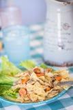 Les pâtes délicieuses de noeud papillon se sont mélangées aux carottes et aux champignons dans un crémeux Photos stock