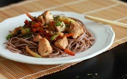 Les pâtes de sarrasin avec des saumons et des légumes Photos stock